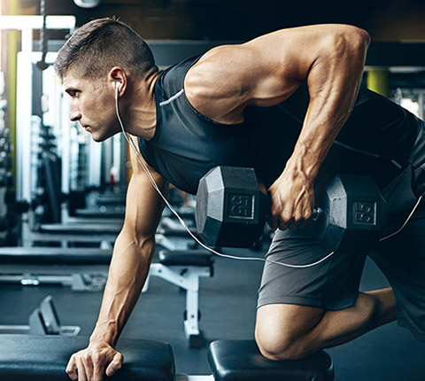 man doing rows to achieve hypertrophy